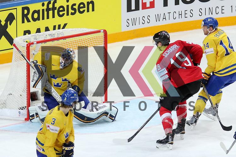 Schwedens Enroth, Jhonas (Nr.1) mit einer Parade vor Schweizs Schappo, Reto (Nr.19) und Schwedens Ekholm, Mattias (Nr.14)  im Spiel IIHF WC15 Schweiz vs. Schweden.<br /> <br /> Foto &copy; P-I-X.org *** Foto ist honorarpflichtig! *** Auf Anfrage in hoeherer Qualitaet/Aufloesung. Belegexemplar erbeten. Veroeffentlichung ausschliesslich fuer journalistisch-publizistische Zwecke. For editorial use only.
