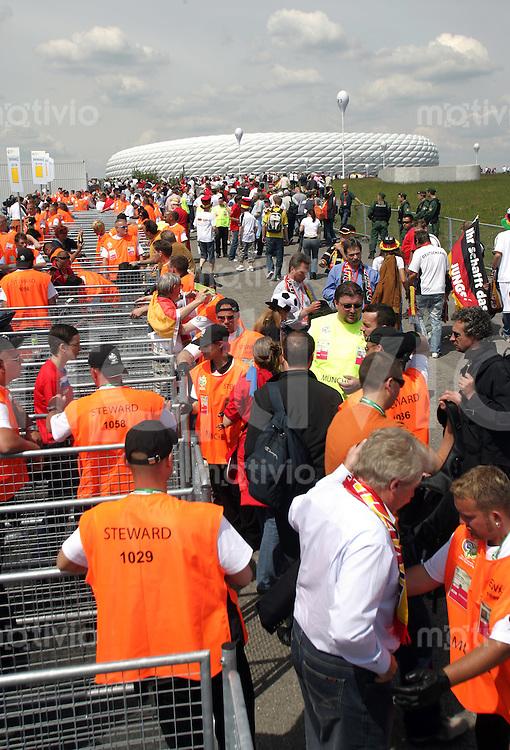 Fussball WM 2006  Gruppenspiel  Vorrunde Gruppe A  Deustchland - Costa Rica Deutsche Fans gehen zum Eroeffnungsspiel durch die Einlasskontrollen.