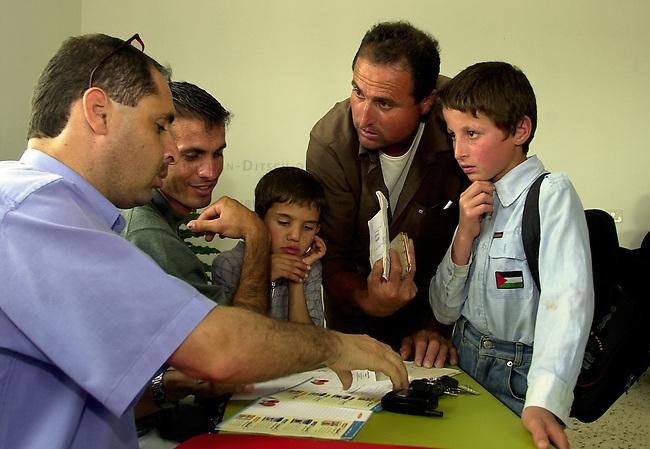 Medizinische Hilfe fuer Palaestinenser<br /> Seit Oktober 2000 ist die palaestinensische Stadt Bedia nahe Nablus nicht mehr von Israel per Auto zu erreichen. Von der israelischen Regierung aufgeschuettete Strassensperren sind fuer Fahrzeuge jeglicher Art unueberwindbar geworden. In der 10.000 Einwohnerstadt mangelt es an nahezu allem. Medizinische Versorgung gab es letztmals im Maerz diesen Jahres.<br /> Die rund 500 Mitglieder zaehlende israelisch-palaestinensische Menschenrechtsorganisation Physicians for Human Rights (PHR) hat nach einem Hilferuf des palaestinensischen Roten Kreuzes im Rathaus von Bedia eine medizinische Versorgung der Bevoelkerung durchgefuehrt (Medical Day). Rund 600 Personen konnten von 11 Aerzten und etlichen Krankenschwestern nach bis zu acht Stunden Wartezeit behandelt werden. Die Mediziner mussten an diesem Tag die dreifache Menge an Menschen versorgen. Die Patienten kamen zum Teil aus bis zu 35 km Entfernung. Das Gesundheitssytem in den palaestinensichen Autonomiegebieten ist nach Angaben der PHR seit dem Beginn der &quot;Operation Schutzschild&quot; kollabiert. Die meisten der erkrankten Kinder leiden an Atemwegs- und Viruserkrankungen.<br /> Die PHR existieren seit der ersten Intifada 1988 und haben sich zum Ziel gesetzt, in den palaestinensischen Gebieten ohne Ansehen der Herkunft und Zugehoerigkeit medizinische Hilfe zu leisten. Fuer schwer und chronisch Erkrankte versuchen die PHR-Mitarbeiter Transporte und klinische Versorgung in israelische und us-amerikanische Hospitaeler zu ermoeglichen. Bis auf zwoelf Hauptamtliche arbeiten alle anderen Mitglieder ehrenamtlich. Die Organisation finanziert sich durch Geld- und Sachspenden. Eine Zusammenarbeit mit israelischen Gesundheitsinstitutionen wird von Regierungsseite abgelehnt.<br /> Hier: Ein Vater versucht fuer seinen Sohn eine Behandlungsmoeglichkeit ausserhalb der Palaestinensergebiete zu organisieren.<br /> Bedia / Israel, 18.05.2002<br /> Copyright: Christian-Ditsch.de<br /> [Inhalt