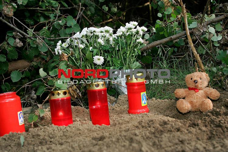 Fundort der Leiche an der K 333 zwischen Vechta und Dinklage - vor dem Entwaesserungsrohr wurde die M&scaron;dchenleiche von dem Hund gefunden. Unbekannte stellten Kerzen, einen Blumenstrauss sowie einen kleinen Teddy an die  Fundstelle <br /> <br /> <br /> Foto: &copy; nordphoto <br /> <br />  *** Local Caption *** Foto ist honorarpflichtig! zzgl. gesetzl. MwSt.<br />  Belegexemplar erforderlich<br /> Adresse: nordphoto<br /> Georg-Reinke-Strasse 1<br /> 49377 Vechta