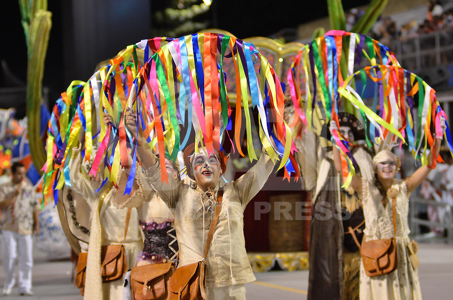 SAO PAULO, SP, 11 FEVEREIRO 2013 - CARNAVAL SP - PÉROLA NEGRA - Integrantes da escola de samba Pérola Negra  durante desfile  do Grupo de Acesso no Sambódromo do Anhembi na região norte da capital paulista, neste domingo, 11 FOTO: LEVI BIANCO - BRAZIL PHOTO PRESS