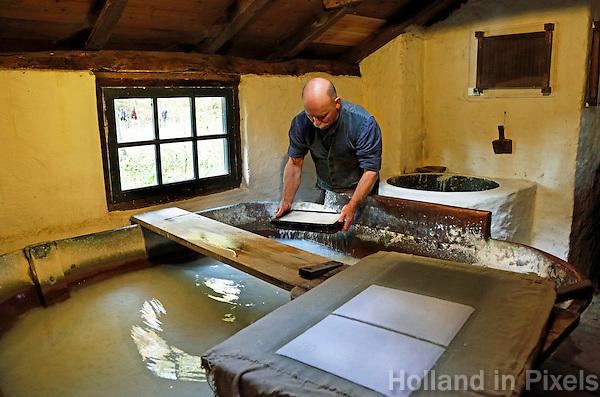 Nederland Arnhem 2015.  Het Nederlands Openluchtmuseum. Man schept paier in de papiermolen.  Foto Berlinda van Dam / Nederlandse Hoogte