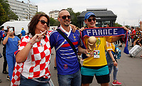 MOSCU - RUSIA, 15-07-2018: Hinchas de Francia  y Croacia animan a su equipo previo al partido por la final entre Francia y Croacia de la Copa Mundial de la FIFA Rusia 2018 jugado en el estadio Luzhnikí en Moscú, Rusia. / Fans of France and Croatia cheer for their team prior the match between France and Croatia of the final for the FIFA World Cup Russia 2018 played at Luzhniki Stadium in Moscow, Russia. Photo: VizzorImage / Cristian Alvarez / Cont