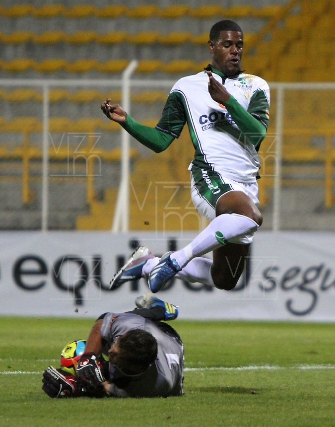 BOGOTA -COLOMBIA- 16-08-2013. Jose Moreno (Der)  de La Equidad  disputa el balon  contra Jimmy Schmidt ( Izq)  del Envigado Futbol Club ,  partido correspondiente a la cuarta fecha de La  Liga Postobonn segundo semestre disputado en el estadio  de Techo / Jose Moreno (Right) of the Equity dispute the ball against Jimmy Schmidt (Left) of Envigado Futbol Club, game in the fourth round of the second half Postobonn League match at the Stadium Roof<br />  . Photo: VizzorImage /Felipe Caicedo  / STAFF