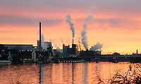 Nederland Zaandam 2016. Industrie langs de zaan, oa de Duyvis fabriek. Zonsondergang. Foto Berlinda van Dam / Hollandse Hoogte