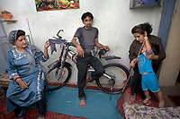 AFGHANISTAN, 06.2008, Kabul. Familie der oberen Mittelklasse.   Upper middle-class family.<br /> © Marzena Hmielewicz/EST&OST