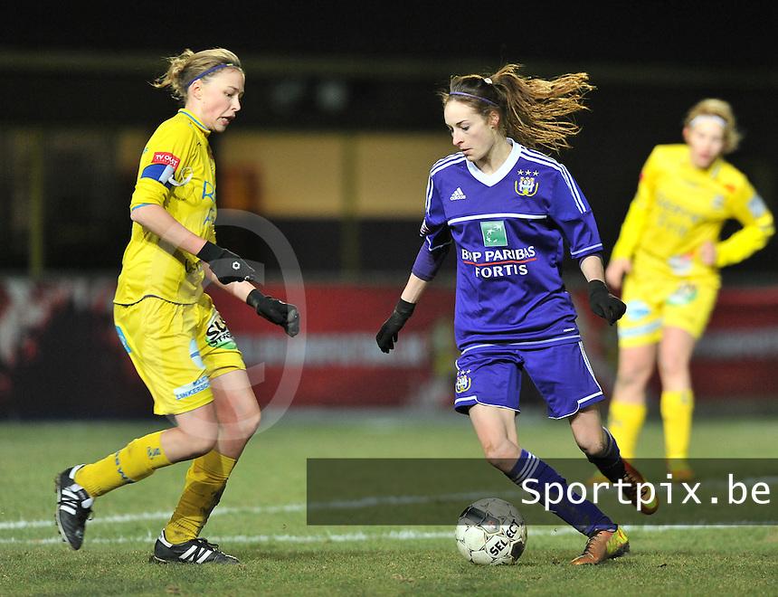 Waasland Beveren Sinaai Girls - RSC Anderlecht : Tessa Wullaert in duel met Anouk Bonnarens (links).foto DAVID CATRY / Nikonpro.be