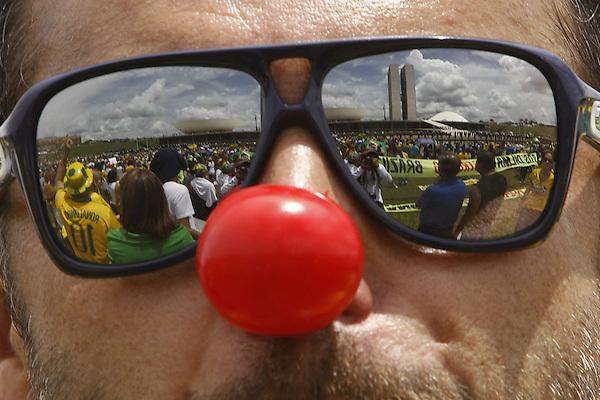 BRA511. BRASILIA (BRASIL), 15/03/2015.- Cientos de personas se reflejan en unos lentes de sol durante una manifestación contra la presidenta brasileña, Dilma Rousseff, hoy, domingo 15 de marzo de 2015, en la ciudad de Brasilia (Brasil). Cientos de miles de personas protestaron contra la presidenta Dilma Rousseff, en Brasilia, en el marco de una jornada de manifestaciones convocadas en decenas de ciudades de todo el país. La protesta de Brasilia comenzó a las 9.30 hora local (12.30 GMT) en la explanada de los ministerios y llegó hasta la frente del Congreso Nacional Brasileño, con la participación de grupos de ciudadanos opositores sin vínculo declarado con partidos políticos. Los manifestantes corearon consignas contra Rousseff y el oficialista Partido de los Trabajadores (PT) y en rechazo de la corrupción. EFE/Fernando Bizerra Jr.