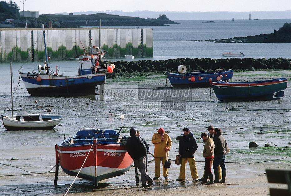 Europe/France/Bretagne/29/Finistère/Ile de Batz: Pcheurs sur la plage