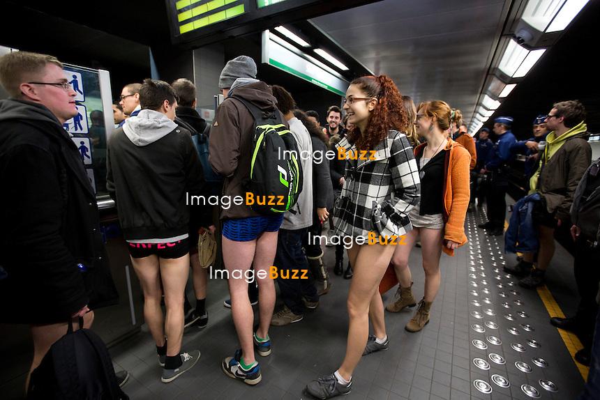 Sans pantalon dans le m&eacute;tro Bruxellois.<br /> Apr&egrave;s s&rsquo;&ecirc;tre impos&eacute; depuis plusieurs ann&eacute;es dans des villes telles que New York, Londres, Mexico ou encore Sao Paulo, l&rsquo;&eacute;v&eacute;nement No Pants Subway s'est d&eacute;roul&eacute; pour la 1re fois dans le m&eacute;tro bruxellois ce dimanche 12 janvier.<br /> L'id&eacute;e vient de New-York, o&ugrave; se d&eacute;roulera cette ann&eacute;e la onzi&egrave;me &eacute;dition de l'&eacute;v&eacute;nement. A Bruxelles, l'exp&eacute;rience est organis&eacute;e par Richard Medic, un Australien de 41 ans, originaire de Melbourne. &quot;J'ai remarqu&eacute; la semaine derni&egrave;re que personne n'organisait cet &eacute;v&eacute;nement &agrave; Bruxelles, alors j'ai lanc&eacute; l'id&eacute;e&quot;, explique-t-il. Environs 400 participants ont ensuite march&eacute; dans les rues du centre de Bruxelles jusqu'&agrave; la gare Centrale.<br /> NO PANTS SUBWAY RIDE, for the first time in Brussels, Belgium . The No Pants Subway Ride is an annual event staged by Improv Everywhere every January in New York City. The mission started as a small prank with seven guys and has grown into an international celebration of silliness, with dozens of cities around the world participating each year.<br /> Belgium, Brussels, January 13, 2014.