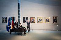 Bundespr&auml;sident Joachim Gauck, Bundeskanzlerin Angela Merkel (CDU) und Aussenminister Frank-Walter Steinmeier (SPD) tragen sich am Mittwoch (11.11.15) in Berlin im Bundeskanzleramt in ein Kondulenzbuch f&uuml;r den verstorbenen Bundeskanzler Helmut Schmidt (SPD) ein.<br /> Foto: Axel Schmidt/CommonLens