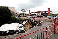 MA08. MARBELLA (MÁLAGA), 19/05/2011.- Un camión ha caído tras hundirse un trozo de asfalto ubicado sobre el cauce del arroyo junto al arco de entrada a la localidad malagueña de Marbella, tras las precipitaciones registradas la pasada madrugada. EFE/ALF