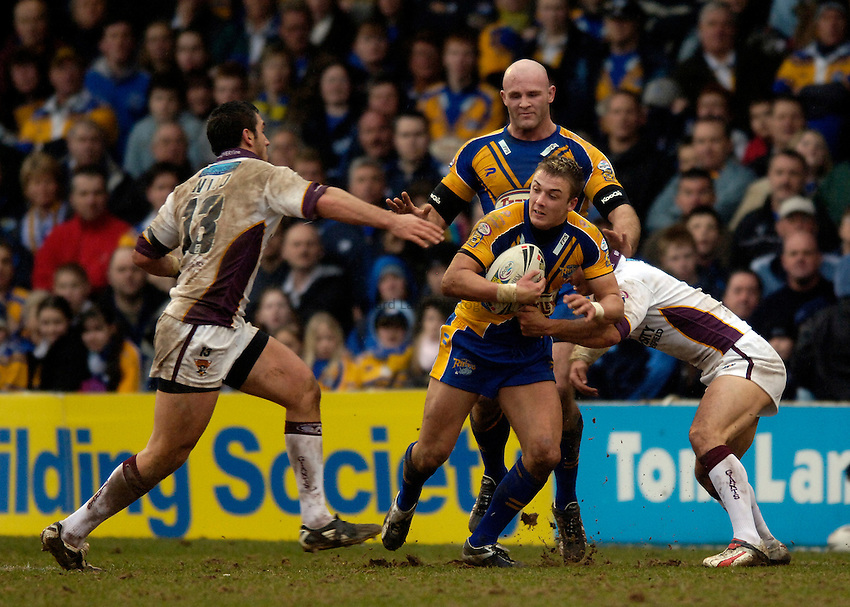 Photo: Jed Wee..Leeds Rhinos v Huddersfield Giants. Engage Super League. 12/02/2006..Leeds' Lee Smith (C) on the attack.