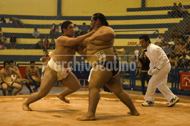 Campeonato Brasilero de Sumo en la ciudad de Aracatuba. Debido a que alberga la comunidad japonesa mas numerosa en el exterior, aproximadamente millon y medio de personas, el Sumo es un deporte muy popular en Brasil, practicado por descendientes de japoneses que invitan al pais a luchadores del Japon para participar en diversos torneos.*Brazilian Sumo Championship in Aracatuba, Sao Paulo state. Due the country hosts the largest japanese colony outside Japan, Sumo is a popular sports in Brazil, practiced by Japanesse descendants that invite Japanese fighters as trainers.