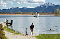Deutschland, Bayern, Oberbayern, Chiemgau, bei Rimsting-Schafwaschen: der Chiemsee im fruehen Fruehling mit den Chiemgauer Alpen | Germany, Bavaria, Upper Bavaria, Chiemgau, near Rimsting-Schafwaschen: lake Chiemsee in early spring with Chiemgau Alps