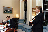 United States President George H.W. Bush places calls to Congressional leadersfrom his study in the Oval Office of the White House in Washington, DC on January 17, 1991.  Pictured with the President is US Vice President Dan Quayle.<br /> Mandatory Credit: David Valdez / White House via CNP