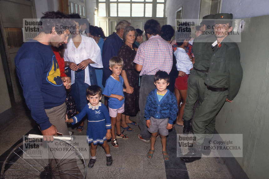 - Albania, Settembre 1991, gente in attesa presso il poliambulatorio nella città di Durazzo<br />