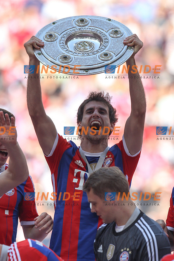 10.05.2014, Allianz Arena, Muenchen, GER, 1. FBL, FC Bayern Muenchen vs VfB Stuttgart, 34. Runde, im Bild Javi MARTINEZ #8 (FC Bayern Muenchen) haelt die Meisterschale in der Hand // during the German Bundesliga 34th round match between FC Bayern Munich and VfB Stuttgart at the Allianz Arena in Muenchen, Germany on 2014/05/10. EXPA Pictures &copy; 2014, PhotoCredit: EXPA/ Eibner-Pressefoto/ Kolbert<br /> <br /> *****ATTENTION - OUT of GER***** <br /> Football Calcio 2013/2014<br /> Bundesliga 2013/2014 Bayern Campione Festeggiamenti <br /> Foto Expa / Insidefoto