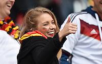 FUSSBALL WM 2014                ACHTELFINALE Deutschland - Algerien               30.06.2014 Daumen hoch: ein deutscher Fan