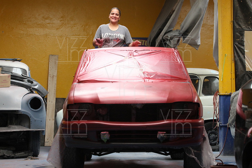 BOGOTÁ -COLOMBIA, 29-03-2018:Heidi  Gálvez pintora profesional de automóviles del norte de la capital por 17 años ,más conocida como La Negra en el barrio Toberín  ,por sus manos han pasado más de 100 carros entre modernos y clásicos , muy respetada por su calidad por los  colegas del sector es de las pocas mujeres que pinta carros en el país.   /Heidi Galvez, a professional car painter from the north of the capital for 17 years, better known as La Negra in the Toberín neighborhood, has spent more than 100 cars between modern and classic cars, highly respected for her quality by colleagues in the sector. of the few women who paint cars in the country. . Photo: VizzorImage/ Felipe Caicedo / Staff