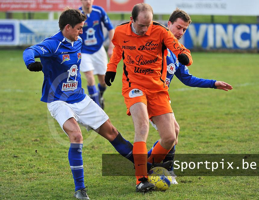 SK Oostnieuwkerke - Boezinge : Hans Hoornaert aan de bal voor Jeroen Vandenbussche (rechts) en David Debrabander.foto VDB / BART VANDENBROUCKE