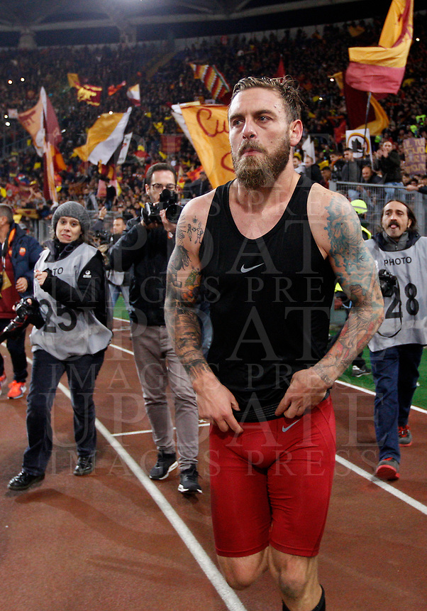 Roma s Daniele De Rossi leaves the pitch at the end of the Italian Serie A football match between Roma and Lazio at Rome's Olympic stadium, 18 November 2017. Roma won 2-1.<br /> UPDATE IMAGES PRESS/Riccardo De Luca