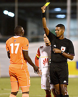 ENVIGADO -COLOMBIA-01-05-2015. Ulises Arrieta, arbitro, muestra la tarjeta amarilla a Yilmar Angulo (Izq) de Envigado FC durante partido con Independiente Santa Fe por la fecha 18 de la Liga Águila I 2015 realizado en el Polideportivo Sur de la ciudad de Envigado./ Ulises Arrieta, referee, swows the yellow card to Yilmar Angulo (L) player of Envigado FC during match against Independiente Santa Fe for the 18th date of the Aguila League I 2015 at Polideportivo Sur in Envigado city.  Photo: VizzorImage/León Monsalve/STR