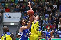 Philip Scrubb (Fraport Skyliners) gegen Mickey McConnell (EWE Baskets Oldenburg) - 05.11.2017: Fraport Skyliners vs. EWE Baskets Oldenburg, Fraport Arena Frankfurt