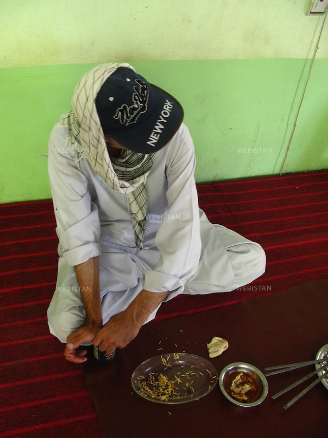 AFGHANISTAN - BAZARAK - 13 aout 2009 : Maison de the (Chai Khana)...AFGHANISTAN - BAZARAK  - August 13th, 2009 : Tea house (Chai Khana).