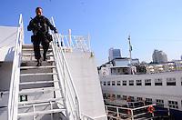 RIO DE JANEIRO, RJ, 12 DE JUNHO DE 2013 -TREINAMENTO DO BOPE NAS BARCAS-RJ- O BOPE, operação de elite da Polícia Militar, realiza na tarde desta quarta-feira, 12 de junho, um treinamento nas Barcas com o intuito de garantir a segurança nos grandes eventos que acontecerão no Rio de Janeiro, na Praça XV, centro do Rio de Janeiro.FOTO:MARCELO FONSECA/BRAZIL PHOTO PRESS