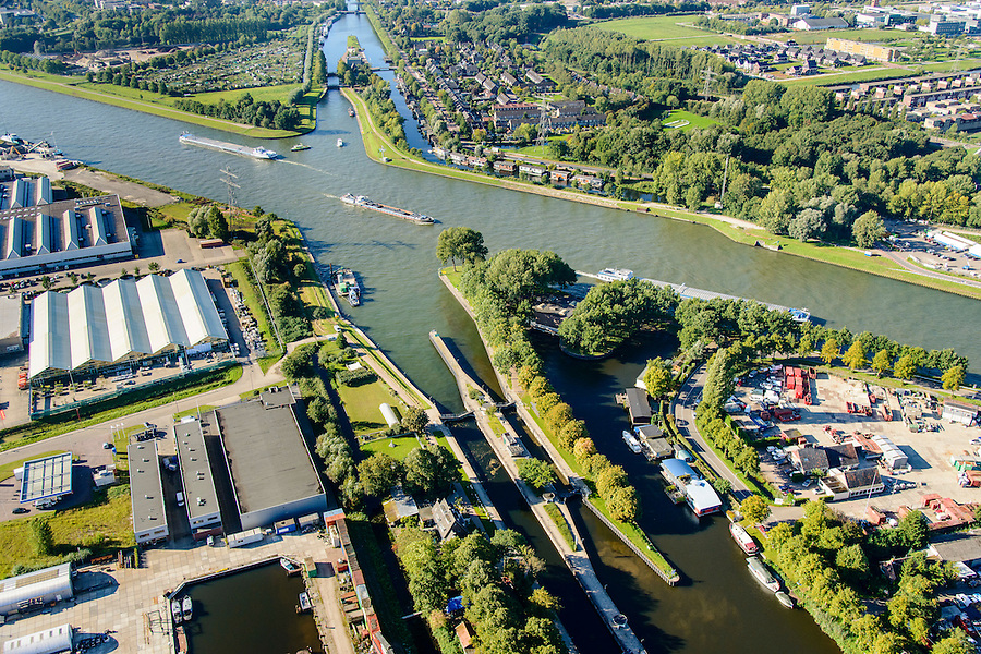 Nederland, Utrecht, Utrecht, 30-09-2015; Noordersluis, Merwedekanaal (bij de kruising met het Amsterdam-Rijnkanaal). Zuidersluis in het verschiet.<br /> Locks in Merwede canal.<br /> <br /> luchtfoto (toeslag op standard tarieven);<br /> aerial photo (additional fee required);<br /> copyright foto/photo Siebe Swart