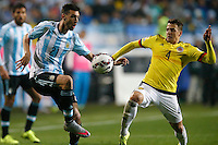 VIÑA DEL MAR - CHILE - 26-04-2015: Santiago Arias (Der.), jugador de Colombia, disputa el balón con Javier Pastore (Izq) jugador de Argentina, durante partido Colombia y Argentina, por los cuartos de final, de la Copa America Chile 2015, en el estadio Sausalito en la Ciudad de Viña del Mar / Santiago Arias (R) player of Colombia, vies for the ball with Javier Pastore (L) player of Argentina, during a match between Colombia and Argentina, for the quarterfinals of the Copa America Chile 2015, in the Sausalito stadium in Viña del Mar city. Photo: VizzorImage /  Photosport / Andres Piña / Cont.