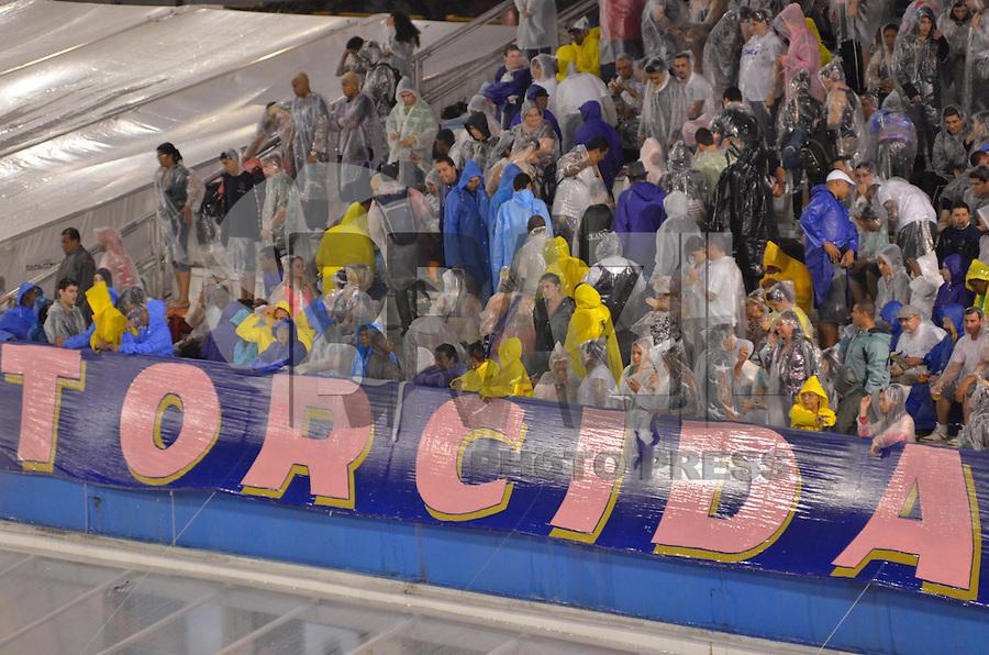 SAO PAULO, SP, 08 FEVEREIRO 2013 - CARNAVAL SP - PÚBLICO - Público enfrenta chuva nas arquibancadas do sambódromo antes do início do desfile das Escolas de Samba no primeiro dia do Grupo Especial no Sambódromo do Anhembi na região norte da capital paulista, nesta sexta-feira, 08. (FOTO: LEVI BIANCO - BRAZIL PHOTO PRESS).