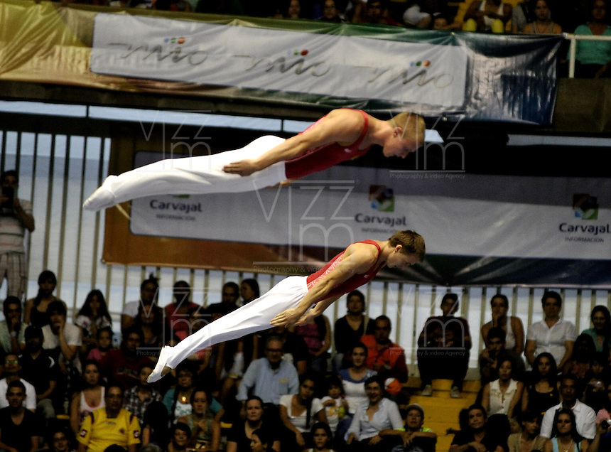 CALI – COLOMBIA – 29-07-2013: Nikita Fedorenko y Dmitry Ushakov de Rusia durante competencia de Trampolín Sincronizado Masculino Clasificación en los IX Juegos Mundiales Cali, julio 29 de 2013. (Foto: VizzorImage / Luis Ramirez / Staff). Nikita Fedorenko y Dmitry Ushakov from Russia in Synchronized Trampoline Male Classification in the IX World Games Cali, July 29, 2013. (Photo: VizzorImage / Luis Ramirez / Staff).