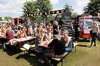 Festival in Amsterdam. De Rollende Keukens.  Rijdende keukens waar bijzondere snacks worden verkocht. Liever Livar. Scharrelvlees