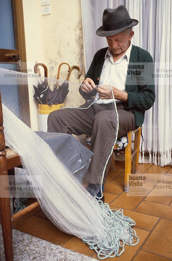 - artisan production of fishing nets in Montisola, at Iseo Lake ....- produzione artigiana di reti da pesca a Montisola, sul lago d'Iseo........