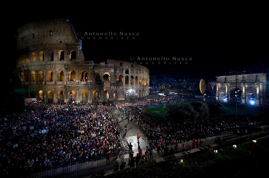 Migliaia di fedeli riuniti al Colosseo per seguire la prima Via Crucis di Papa Francesco.
