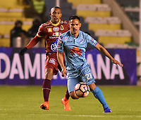 LA PAZ - BOLIVIA, 01-06-2017: Leonel Justiniano (Der) jugador de Bolívar de Bolivia disputa el balón con Angelo Rodriguez (Izq) jugador del Deportes Tolima de Colombia durante partido de la primera fase, llave 16 de la Copa Conmebol Sudamericana 2017 jugado en el estadio Hernando Siles de la ciudad de La Paz, Bolivia. / Leonel Justiniano (R) player of Bolivar de Bolivia vies for the ball with Angelo Rodriguez (L) player of Deportes Tolima of Colombia during match for the first phase, Kye 16, of the Conmebol Sudamericana Cup 2017 played at Hernando Siles stadium in La Paz, Bolivia. Photo: VizzorImage / Daniel Miranda / APG Noticias / Cont