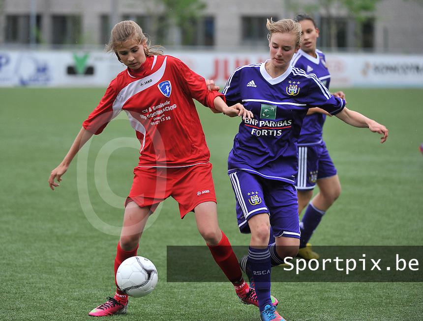 AA Gent Ladies U16 - RSC Anderlecht : Marie Minnaert aan de bal voor Iris Paternoster (r).foto DAVID CATRY / Nikonpro.be