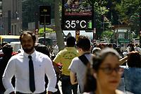 24.09.2018 - Pedestres enfrentam calor na Av Paulista em SP