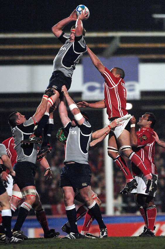 Photo: Richard Lane..Llanelli Scarlets v Munster Rugby. Heineken Cup. 30/03/2007. .Munster's Mick O'Driscoll wins a lineout.