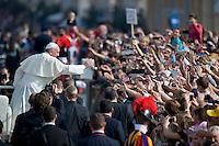 Papa Francesco saluta i fedeli in Piazza San Pietro al termine della veglia di preparazione con le famiglie in occasione della giornata della famiglia. Pope Francis greets the crowd during the Family Day at St Peter's square.