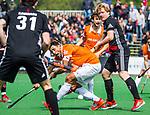 BLOEMENDAAL   - Hockey - Glenn Schuurman (Bldaal)  met Klaas Vermeulen (A'dam) . 3e en beslissende  wedstrijd halve finale Play Offs heren. Bloemendaal-Amsterdam (0-3). Amsterdam plaats zich voor de finale.  COPYRIGHT KOEN SUYK