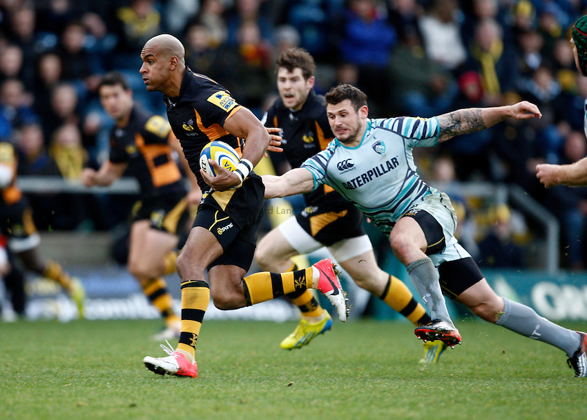 Photo: Richard Lane/Richard Lane Photography. London Wasps v Leicester Tigers. Aviva Premiership. 25/11/2012. Wasps' Tom Varndell  breaks from Tigers' Adam Thompstone.