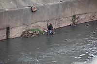 SÃO PAULO, SP, 30/07/2012, HOMEM CAMINHA DENTRO DE RIO.  Uma cena inusitada na tarde de hoje chamava a atenção de quem passava pela Av. do Estado, um homem foi visto caminhando pelo leito do Rio Tamanduatei.  Luiz Guarnieri/ Brazil Photo Press