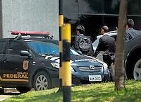 """SÃO PAULO,SP, 04.03.2016 - OPERAÇÃO-LAVA JATO - Movimento de agentes nas proximidades da sede da Polícia Federal, no bairro da Lapa, zona oeste de São Paulo, na manhã desta sexta-feira (04), durante a 24ª fase da Operação Lava Jato. O ex-presidente Lula é alvo de um dos mandados de condução coercitiva e prestou esclarecimentos na sede da PF do Aeroporto de Congonhas. A ação foi batizada de """"Aletheia"""" e é uma referência a uma expressão grega que significa """"busca da verdade"""". (Foto:Marcio Ribeiro/Brazil Photo Press)"""