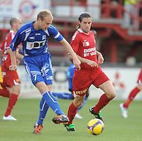 KV Kortrijk - AA Gent.Tim Smolders met de pass voor de toekijkende Davy De Beule.foto VDB / BART VANDENBROUCKE