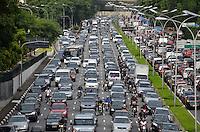 SAO PAULO, SP, 08 DE MARÇO DE 2013 - TRANSITO SP: Trânsito muito congestionado na Av. 23 de Maio sentido bairro, altura do viaduto Tutóia,  zona sul de São Paulo na tarde desta sexta feira (08). (FOTO: LEVI BIANCO / BRAZIL PHOTO PRESS).