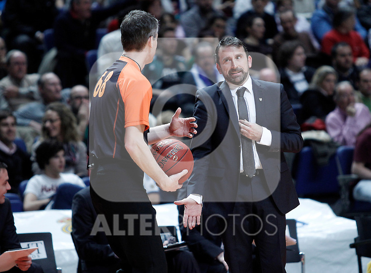 Zalgiris Kaunas' coach Joan Plaza have words with the referee during Euroleague 2012/2013 match.January 11,2013. (ALTERPHOTOS/Acero)