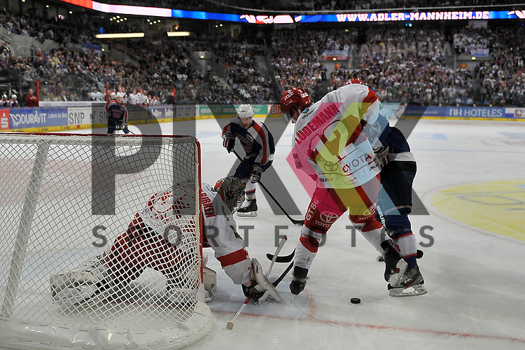 Mannheims Frank Mauer (Nr.28) und Mannheims Ronny Arendt (Nr.57) gegen Koelns Mirko Luedemann (Nr.12)  und im Tor Koelns Danny Aus den Birken (Nr.33)  beim Spiel in der DEL, Adler Mannheim - Koelner Haie<br /> <br /> Foto &copy; Ice-Hockey-Picture-24 *** Foto ist honorarpflichtig! *** Auf Anfrage in hoeherer Qualitaet/Aufloesung. Belegexemplar erbeten. Veroeffentlichung ausschliesslich fuer journalistisch-publizistische Zwecke. For editorial use only.